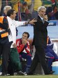 <p>Técnico francês Raymond Domenech se recusou a cumprimentar o treinador da África do Sul, Carlos Alberto Parreira, após partida pelo Grupo A da Copa do Mundo. REUTERS/Adnan Abidi</p>