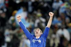 <p>Martin Palermo comemora gol na vitória da Argentina por 2 x 0 sobre a Grécia. REUTERS/Enrique Marcarian</p>