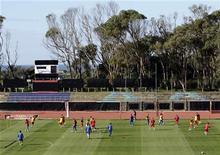 <p>Сборная Сербии на тренировке в Порт-Элизабет 17 июня 2010 года. Австралия сыграет против Сербии в третьем матче группы D на чемпионате мира по футболу в среду. REUTERS/Denis Balibouse</p>