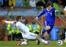 <p>Messi (dir) enfrenta o grego Avraam Papadopoulos durante jogo do Grupo B da Copa do Mundo. O ataque da seleção argentina monopolizou as atenções com Messi, Higuaín e Tevez na primeira fase de grupos do Mundial, disse o capitão Javier Mascherano. 22/06/2010 REUTERS/Radu Sigheti</p>