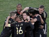 <p>Mesut Ozil comemora com outros jogadores gol que deu vitória a Alemanha por 1 x 0 sobre Gana pela Copa do Mundo. REUTERS/Kim Kyung-Hoon</p>