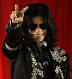 <p>Foto de archivo del cantante Michael Jackson durante la presentación de una serie de conciertos en la arena O2 de Londres, mar 5 2009. El viernes se cumplirá un año de la repentina muerte del cantante Michael Jackson en Los Angeles, a la edad de 50 años. REUTERS/Stefan Wermuth/Files</p>