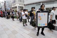 <p>Clientes fazem fila pelo iPhone 4. Centenas de fãs formaram longas filas em lojas de Tóquio para se tornarem os primeiros compradores do iPhone 4. Do outro lado do mundo, alguns deles formaram fila em San Francisco para aguardar a chegada do celular em cinco das seis maiores economias do mundo.24/06/2010.REUTERS/Yuriko Nakao</p>
