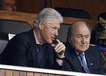 <p>Ex-presidente dos Eua Bill Clinton (esq) e o presidente da Fifa, Sepp Blatter, assiste ao jogo entre Estados Unidos e Algéria. 23/06/2010 REUTERS/Alessandro Bianchi</p>