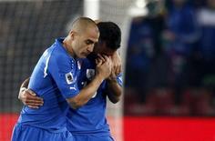 <p>Fabio Cannavaro (esq) consola seu colega Fabio Quagliarella ao final da derrota da seleção italiana pela Eslováquia no Grupo F da Copa do Mundo. O italianos perderam por 3x2 e estão fora do Mundial na primeira fase do torneio. 24/06/2010 REUTERS/Stefano Rellandini</p>