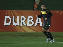 <p>Meio-campista Elano participa de treino da seleção em Durban, mas desfalcará equipe em jogo contra Portugal. REUTERS/Yves Herman</p>