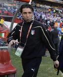 <p>Goleiro da Itália Gianluigi Buffon caminha no estádio antes do jogo da seleção italiana contra a Eslováquia, pela Copa do Mundo: ele decidiu passar por cirurgia nas costas após a eliminação da seleção. REUTERS/Kai Pfaffenbach</p>