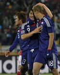 <p>Yuichi Komano, Shinji Okazaki and Keisuke Honda comemoram terceiro gol do Japão na vitória por 3 x 1 sobre a Dinamarca, que classificou a seleção asiática às oitavas-de-final. REUTERS/Toru Hanai</p>