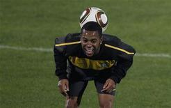 <p>Robinho durante sessão de treino em Durban. O atacante ficará no banco de reservas da seleção brasileira na partida contra Portugal. 24/06/2010 REUTERS/Paul Hanna</p>
