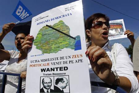6月25日、ルーマニアの憲法裁判所は、年金削減に関する政府の緊縮財政措置の一部に違憲判断を下した。写真はブカレストの大統領官邸前で政府の措置を抗議する市民(2010年 ロイター/Bogdan Cristel)