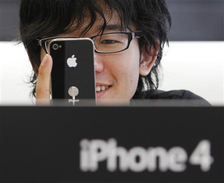 A customer tries out the new iPhone 4 at Apple Inc's store in the Ginza district of Tokyo June 24, 2010. REUTERS/Yuriko Nakao