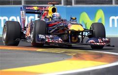 <p>Vettel pilota em Valência. O alemão Sebastian Vettel ficou com a pole position do Grande Prêmio da Europa neste sábado, após sua equipe, a Red Bull, dominar a primeira fila do grid de largada pela quarta vez nesta temporada.26/06/2010.REUTERS/Albert Gea</p>
