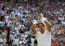 <p>Tenista espanhol Rafael Nadal comemora após vencer o alemão Philipp Petzschner em Wimbledon neste sábado. REUTERS/Phil Noble</p>