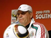 <p>Técnico da seleção do México, Javier Aguirre, escuta pergunta de jornalista durante entrevista coletiva no estádio Soccer City, em Johanesburgo, neste sábado. REUTERS/Henry Romero</p>