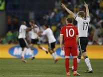 <p>Alemães comemoram gol sobre Inglaterra. A seleção alemã impôs uma goleada de 4 x 1 sobre a Inglaterra e se classificou neste domingo para as quartas-de-final da Copa do Mundo da África do Sul, enquanto a rival, que teve um gol legal não marcado pela arbitragem, está eliminada.27/06/2010.REUTERS/Christian Charisius</p>