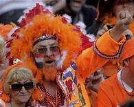 <p>Нидерланские болельщики празднуют победу команды в матче против Дании, 14 июня 2010 года. Сборная Нидерландов встретится со сборной Словакии в 1/8 финала чемпионата мира по футболу в понедельник. REUTERS/Michael Kooren</p>