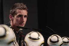 <p>O alemão Miroslav Klose durante coletiva de imprensa em Pretória. Klose disse que adversária da Alemanha nas quartas de final da Copa do Mundo, a Argentina está um degrau acima da Inglaterra. 28/06/2010 REUTERS/Ina Fassbender</p>