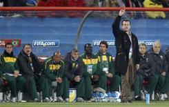 <p>Técnico Dunga, durante partida contra o Chile pelas oitavas de final da Copa: ele destacou tradição e qualidade técnica da Holanda, próxima adversária do Brasil. REUTERS/Siphiwe Sibeko</p>