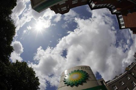 6月28日、米NY連銀が英BP向け投融資を調査していたことが明らかに。写真は昨年7月、ロンドンのガソリンスタンドで(2010年 ロイター/Stefan Wermuth)