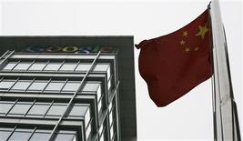 <p>Google va mettre fin d'ici à deux jours au reroutage automatique de son site chinois vers son site de Hong Kong. /Photo prise le 30 juin 2010/REUTERS/Bobby Yip</p>
