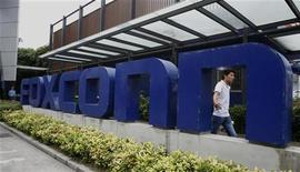 <p>Le titre Foxconn a touché un plus bas de huit mois après que le premier fournisseur mondial d'équipements de téléphonie mobile a lancé un avertissement sur ses résultats du premier semestre en raison de la baisse des prix et de dépréciations plus importantes. /Photo prise le 27 mai 2010/REUTERS/Bobby Yip</p>