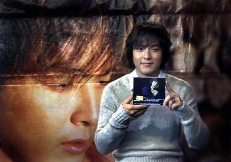 South Koren pop singer Park Yong-Ha poses during a news conference inTaipei December 28, 2002. Park is in Taiwan to promote his new album 'ILove You So Much'. REUTERS/Richard Chung