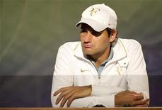 <p>O suiço Roger Federer durante coletiva de imprensa após perder para o tcheco Tomas Berdych em Wimbledon. O hexacampeão e primeiro cabeça-de-chave perdeu por 6-4, 3-6, 6-1 e 6-4 nas quartas de final. 30/06/2010 REUTERS/Tom Lovelock</p>