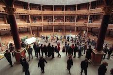 """<p>Le nouveau Globe lors de sa reconstruction en 1997. Le théâtre londonien a brisé un tabou en faisant rejouer la pièce """"Henry VIII"""" de William Shakespeare, lors de laquelle un incendie s'était déclaré en 1613, détruisant entièrement le bâtiment original. /Photo d'archives/REUTERS/Russell Boyce</p>"""