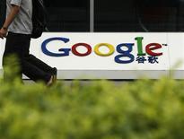 <p>Selon les médias chinois, la demande de renouvellement de licence déposée par Google en Chine sera examinée par le gouvernement et le résultat sera prochainement publié. Le groupe américain va mettre fin au reroutage automatique de son site chinois vers son site de Hong Kong. /Photo prise le 30 juin 2010/REUTERS/Bobby Yip</p>