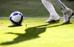 <p>Huit pour cent des Russes pensent que leur équipe nationale va remporter la Coupe du monde de football alors qu'elle ne participe pas au tournoi, selon un sondage indépendant. /Photo d'archives/REUTERS/Alessandro Garofalo</p>