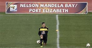 <p>Zagueiro Lúcio treina em Port Elizabeth na véspera da partida contra a Holanda pelas quartas de final da Copa do Mundo. REUTERS/Paulo Whitaker</p>