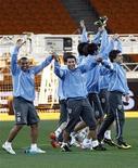 <p>Игроки сборной Уругвая дурачатся во время тренировки, Йоханнесбург 1 июля 2010 года. Уругвай встретится с Ганой в матче 1/4 финала чемпионата мира по футболу в пятницу. REUTERS/Henry Romero</p>