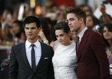 """<p>Atores Taylor Lautner (esq), Kristen Stewart e Robert Pattinson (dir) durante lançamento do filme """"A Saga Crepúsculo: Eclipse"""" no Festival de Cinema de Los Angeles. O filme teve abertura recorde para uma quarta-feira, vendendo 68,5 milhões de dólares em ingressos nos cinemas da América do Norte 24/06/2010 REUTERS/Mario Anzuoni</p>"""
