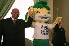 <p>Presidente da África do Sul, Jacob Zuma (esq) e seu colega da Algéria, Abdelaziz Bouteflika, ao lado do mascote da Copa do Mundo Zakumi em Algiers, em maio. Zuma disse que a Copa do Mundo inspirou os africanos e pode ser o primeiro passo para as primeiras Olimpíadas no continente. 26/05/2010 REUTERS/Zohra Bensemra</p>