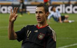 <p>Alemão Miroslav Klose comemora primeiro gol marcado em partida contra Argentina nas quartas de final no estádio Green Point na Cidade do Cabo. 3/7/2010. REUTERS/Kai Pfaffenbach</p>