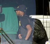 <p>Robinho embarca no ônibus na partida da seleção para o Brasil, em Port Elizabeth. 3/7/2010. REUTERS/Paulo Whitaker</p>