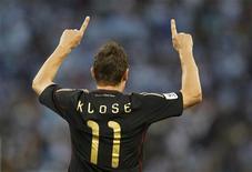 <p>Alemão Miroslav Klose comemora gol marcado contra a Argentina em partida pelas quartas de final na Cidade do Cabo. Klose fez 2 dos 4 gols do jogo da seleção alemã. 3/7/2010G. REUTERS/Kai Pfaffenbach</p>