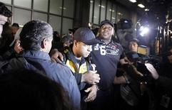 <p>Felipe Melo é escoltado por policiais ao desembarcar no Rio de Janeiro: torcedores hostilizaram o jogador, expulso na derrota do Brasil pela Holanda que eliminou a seleção da Copa da África do Sul. REUTERS/Bruno Domingos</p>