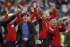 <p>Técnico alemão Joachim Loew comemora terceiro gol sobre a Argentina, no sábado. Após vitória, disse acreditar ter a taça da Copa ao alcance das mãos. REUTERS/Kai Pfaffenbach</p>