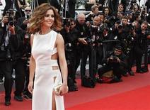 <p>Cheryl Cole chega ao tapete vermelho do Festival de Cannes em maio. A cantora e apresentadora de TV britânica contraiu malária e foi hospitalizada, segundo um porta-voz nesta terça-feira. 21/05/2010 REUTERS/Yves Herman</p>