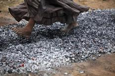 <p>A girl walks over burning coal as part of the Dammaduwa festival celebrations in Anawatuna village, some 160 km (99 miles) south of Colombo, Sri Lanka, March 8, 2009. REUTERS/Nir Elias</p>