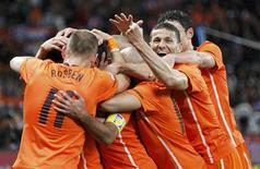 <p>Jogadores da Holanda comemoram em vitória sobre o Uruguai: final da Copa da África será entre duas seleções europeis REUTERS/Mike Hutchings</p>