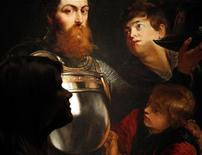 """<p>Foto de archivo del cuadro """"A Commander being armed for Battle"""" de Rubens en Londres, mar 29 2010. Un cuadro del pintor flamenco Peter Paul Rubens, subastado por la aristocrática familia de la fallecida princesa Diana como parte de una venta de ocasión, fue adquirido en Londres por un comprador anónimo por 9 millones de libras esterlinas (13,68 millones de dólares). REUTERS/Suzanne Plunkett</p>"""