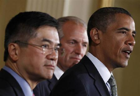 U.S. President Barack Obama (R) makes remarks on the economy with Chairman, President and CEO of The Boeing Company and Chair of the President's Export Council James McNerney Jr. (C) and Commerce Secretary Gary Locke in the East Room at the White House in Washington, July 7, 2010. REUTERS/Jim Young