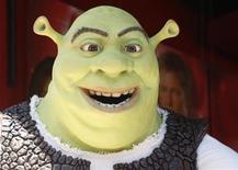 """<p>Imagen de archivo del personaje """"Shrek"""" durante una ceremonia en Hollywood. Mayo 20 2010. La nueva película del famoso ogro verde, """"Shrek Forever After"""", marcó una de las recaudaciones más altas del año en un estreno durante el fin de semana encabezando la taquilla británica, según datos de Screen International divulgados el miércoles. REUTERS/Fred Prouser/ARCHIVO</p>"""