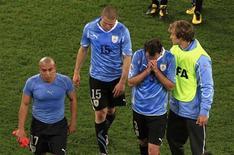 <p>Jogadores uruguaios lamentam eliminação da Copa após derrota para a Holanda na semifinal. REUTERS/Radu Sigheti</p>