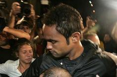 <p>O goleiro Bruno do Flamengo é acompanhado pela polícia ao chegar em delegacia do Rio de Janeiro. Bruno se entregou à polícia nesta quarta-feira e deverá ser indiciado como mentor do desaparecimento de sua ex-namorada. 07/07/2010 REUTERS/Luiza Garcia</p>