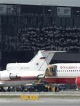 <p>Самолет американской авиакомпании Vision Airlines (справа) стоит рядом с российским лайнером в аэропорту Вены, 9 июля 2010 года. Самолет, на борту которого, согласно сообщениям американских СМИ, находятся обвиненные в шпионаже в пользу России, прибыл в Вену, сообщил корреспондент Рейтер с места событий. REUTERS/Heinz-Peter Bader (AUSTRIA - Tags: POLITICS)</p>