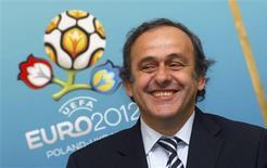 <p>O presidente da UEFA, Michel Platini, sorri em Lviv, oeste da Ucrânia, 7 de abril de 2010. Platini recebeu alta de um hospital de Johanesburgo no sábado, 10 de julho, e recebeu uma declaração de boa saúde após desmaiar em um restaurante na noite de sexta-feira. REUTERS/Vitaliy Hrabar/Arquivo</p>