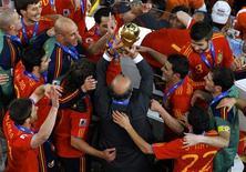<p>O técnico da Espanha, Vicente del Bosque, carrega taça de campeão do mundo. REUTERS/David Gray</p>